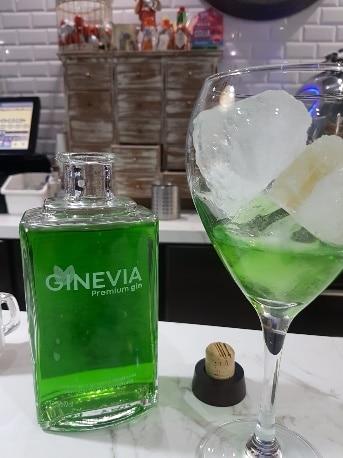 Botella de Ginevia al lado de una copa - Sabor Granada
