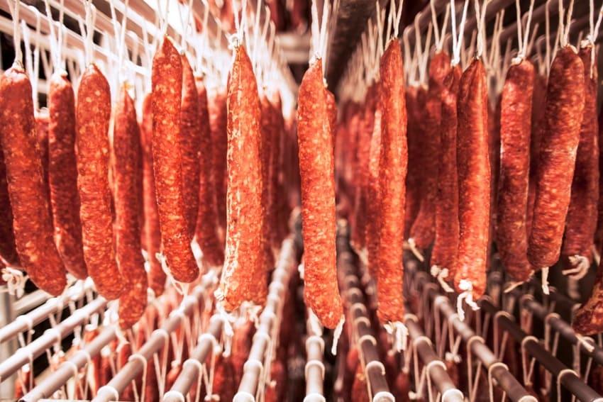 Chorizos Milena en proceso de curación - Sabor Granada