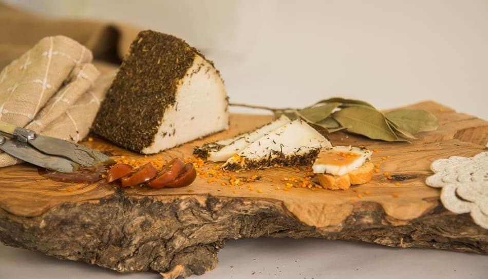 Queso de Quesería Los Teatinos cortado para servir como aperitivo - Sabor Granad