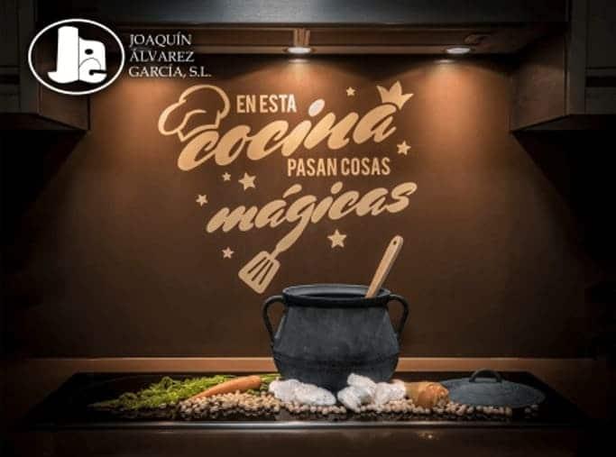 Imagen de una cocina con productos varios, incluidos los salazones cárnicos de Joaquín Álvarez García SL - Sabor Granada