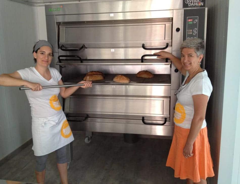 Sacando panes del horno de la Panadería Pan de mi Pueblo - Sabor Granada
