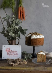 Tarta de zanahoria y nueces con una porción menos - Sabor Granada