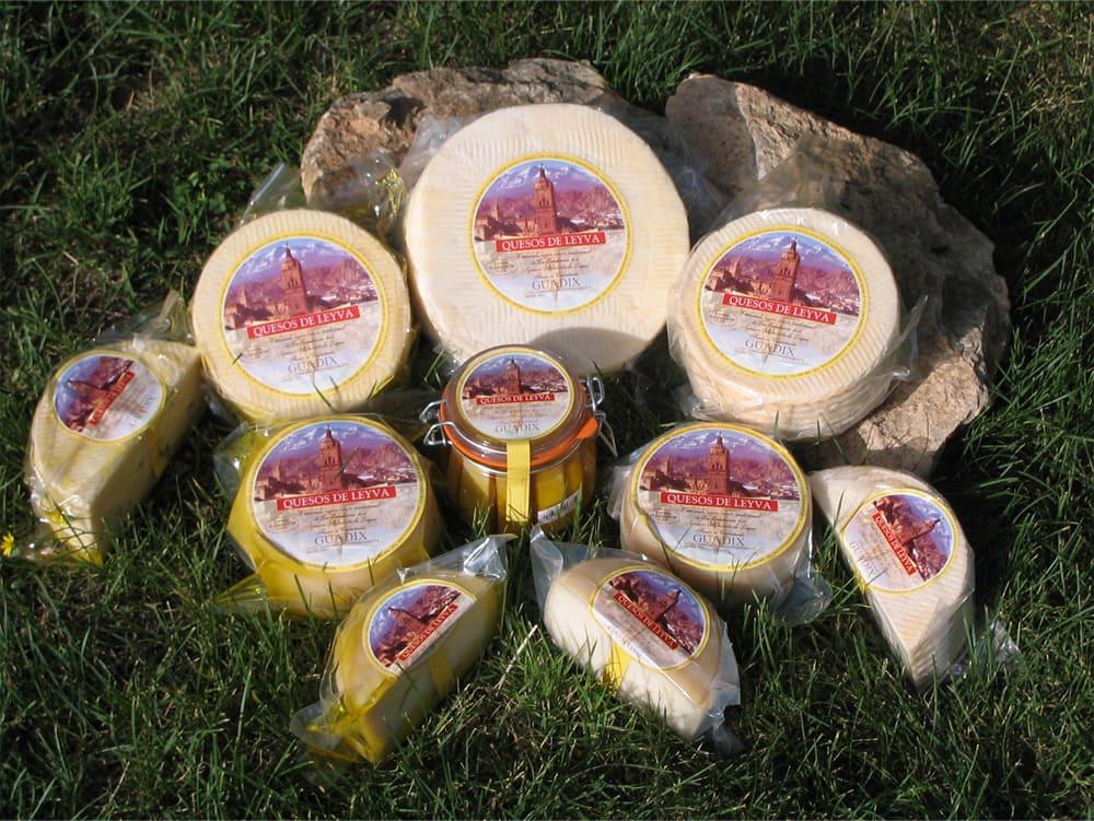 Variedad de productos de Quesos Leyva sobre césped - Sabor Granada