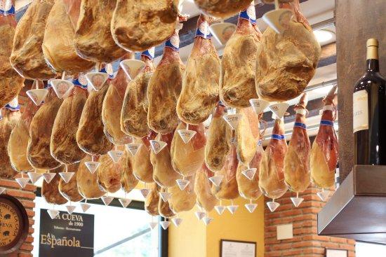 Jamones colgados en el Restaurante La Cueva de 1900 - Sabor Granada