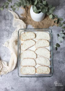 Pan para hacer las torrijas tradicionales en una fuente con leche, después de hervir junto con el azúcar, las ramas de canela y la piel de limón- Sabor Granada