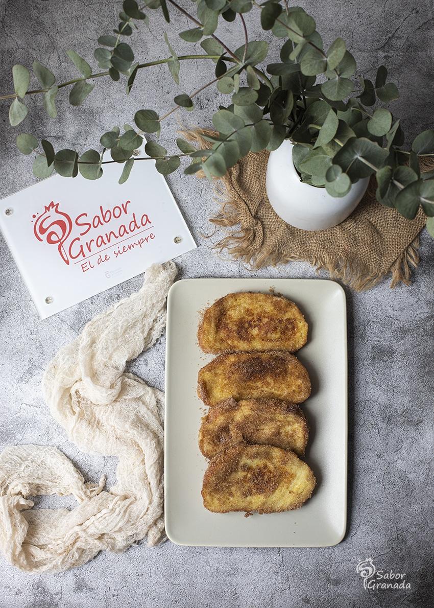 Torrijas tradicionales en plato - Sabor Granada