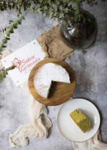 Porción de bizcocho de aguacate en plato - Sabor Granada