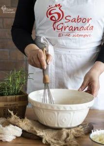 Primer paso del proceso de elaboración de las magdalenas de queso y romero - Sabor Granada