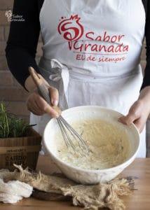 Séptimo paso de la receta de magdalenas de queso y romero: mezclamos la masa - Sabor Granada
