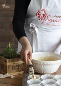 Octavo paso de la receta de magdalenas de queso y romero: rellenamos con la masa las cápsulas de papel de magdalenas - Sabor Granada