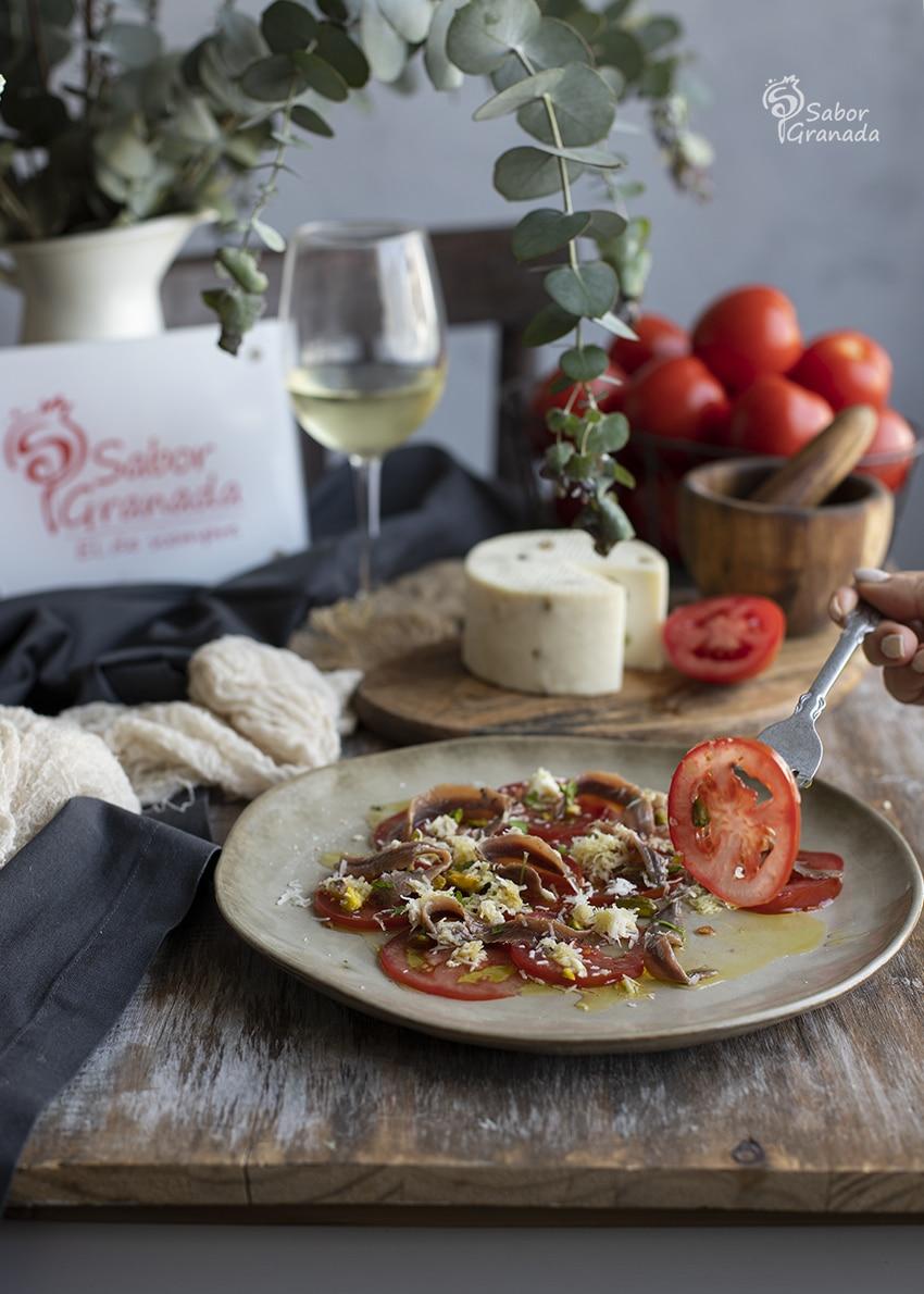 Probando el carpaccio de tomate con anchoas y pistachos - Sabor Granada