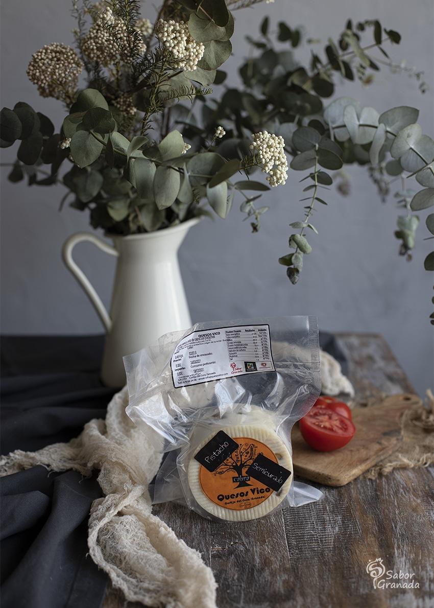 Queso Vico con pistachos para hacer el carpaccio de tomate con anchoas y pistachos - Sabor Granada