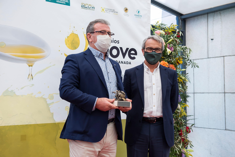 Sociedad Cooperativa Agraria Santa Ana de Salar recoge su premio al mejor envase de la Séptima Edición de los Premios AOVE Sabor Granada