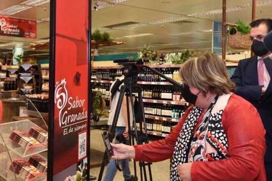La diputada Ana Muñoz utilizando el nuevo etiquetado inteligente de los productos Sabor Granada