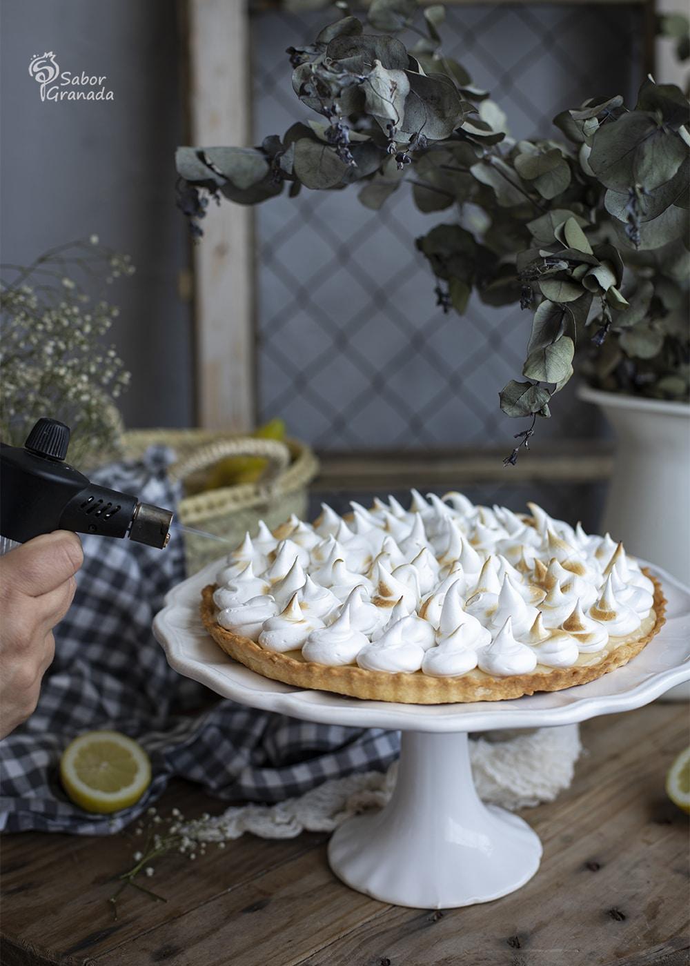 Quemando con soplete la tarta de limón y merengue - Sabor Granada