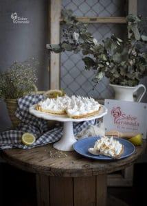Porción de la tarta de limón y merengue en plato - Sabor Granada