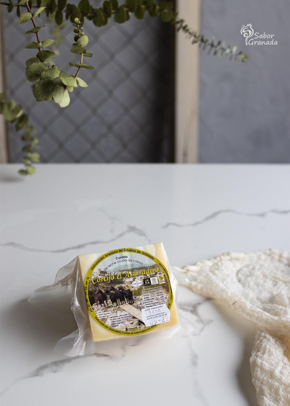 Queso de cabra curado Cortijo el Aserradero para hacer los espaguetis con langostinos y tomates secos - Sabor Granada