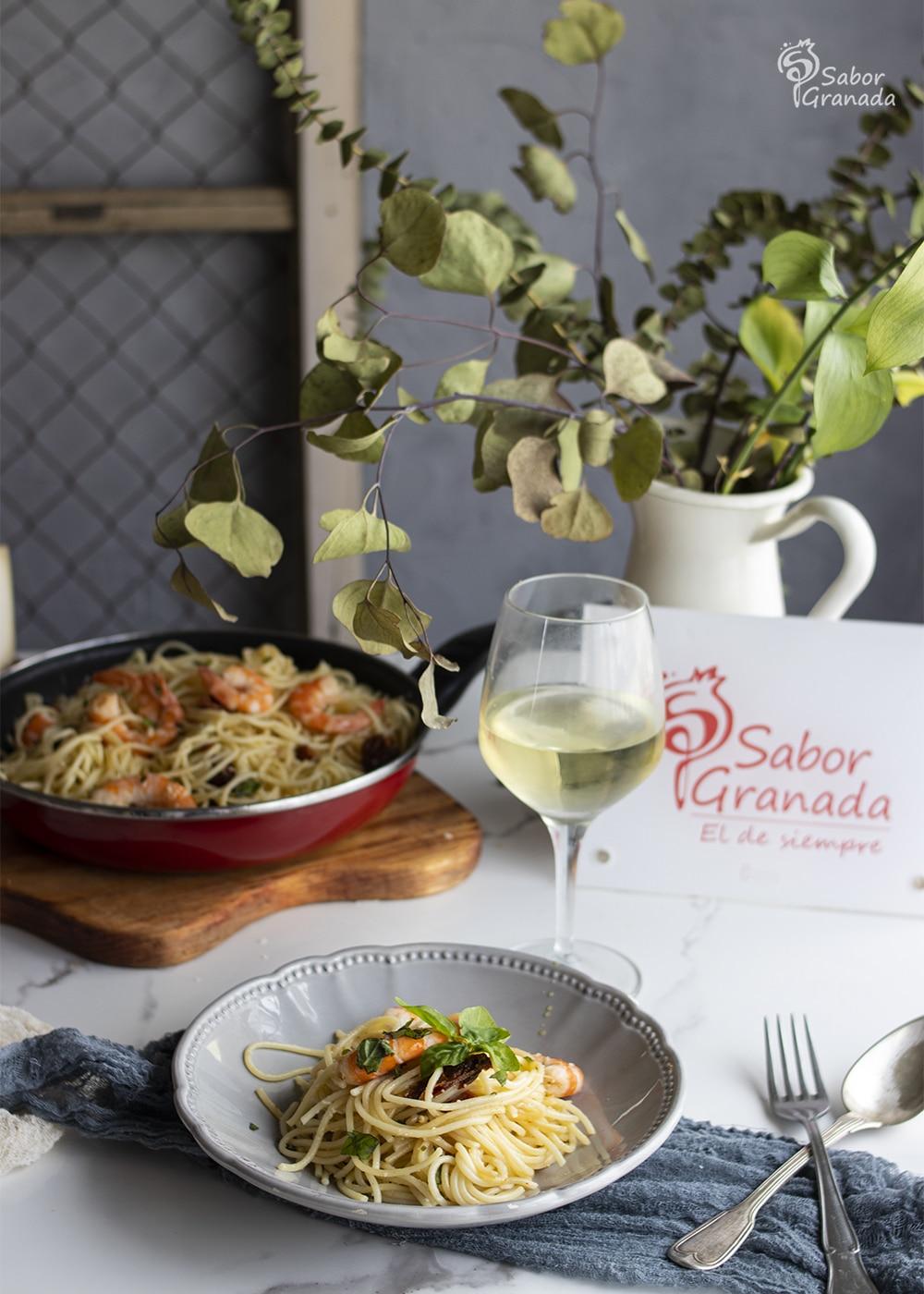 Plato de espaguetis con langostinos y tomates secos - Sabor Granada