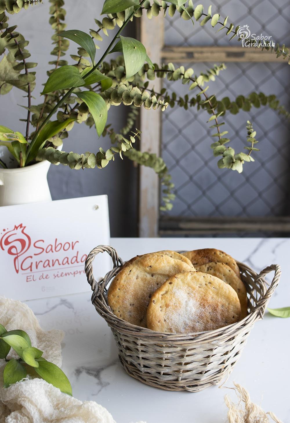 Tortas de aceite en una cesta - Sabor Granada