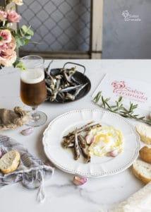 Espichás con huevos fritos acompañadas de cerveza - Sabor Granada